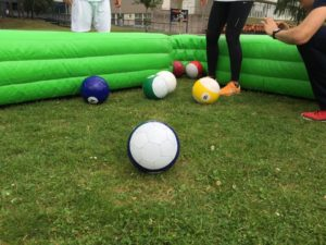 Poolvoetbal spelen op het gras