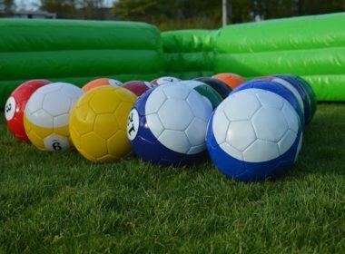 De poolvoetballen liggen klaar om bespeeld te worden