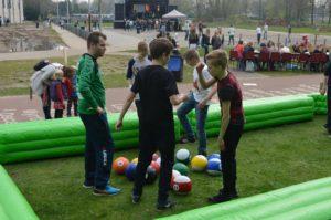 jongens spelen een potje poolvoetbal