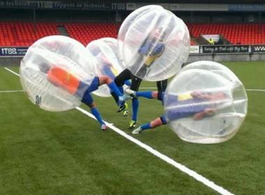 bubbelvoetbal spelen in het voetbalstadion