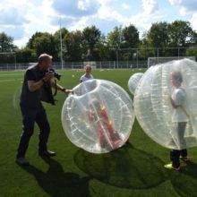 de kinderen maken zich op voor het bubbelbal spel