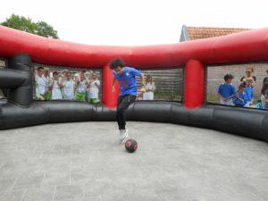 Freestyle voetballer Joshua doet een voetbaltruc