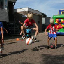 voetbalspeler springt de lucht in met een voetbal