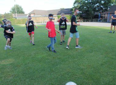 Jongeren van Voetbalvereniging MVV spelen sportactiviteit Olifantenvoetbal