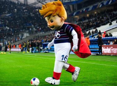 voetbal mascotte dribbelt met de bal