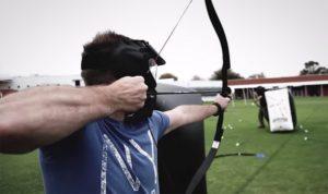 Archery shooter schiet op de speler met de voetbal