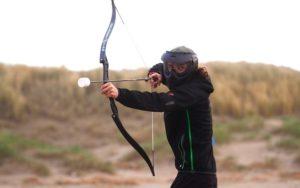 anita schiet pijl en boog bij archery voetbal activiteit