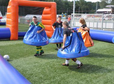 Jongens van de vereniging spelen rokjes voetbal