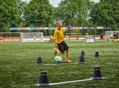 jonge voetbalspeler demonstreet smargoals voetbal